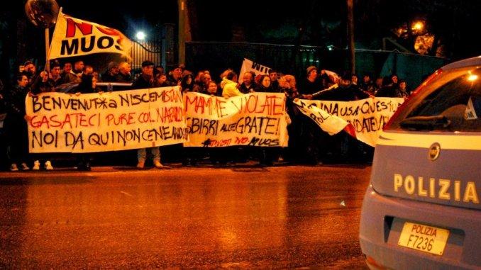 manifestazione solidarietà alle mamme spinte e strattonate