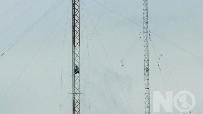 Pacifisti si arrampicano sulle antenne