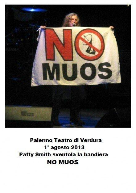 Patty Smith sventola la bandiera NoMuos, Palermo 1° agosto 2013