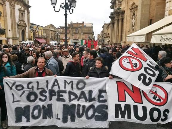 Migliaia di persone in piazza per difendere l'ospedale.