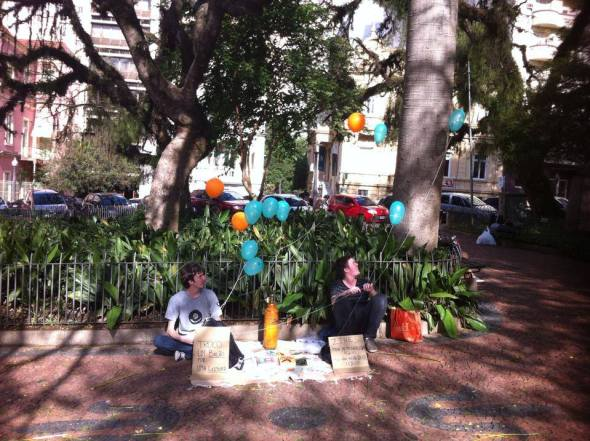 Dentro da programação da Feira Além da Feira, Nícolas realizou uma intervenção poética na cidade Foto: divulgação