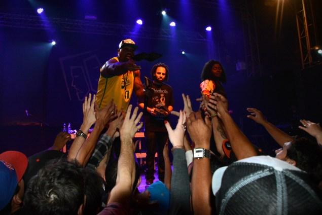 MV Billl e Kmila CDD distribuíram CDs do último projeto do rapper para o público