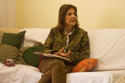 A escritora Lúcia Henriques Maia estuda a obra de Andradina (Foto: Louise Soares/Nonada)