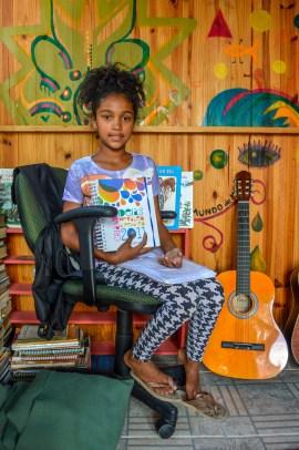 Livros infantis, CDs e um violão fazem parte do acervo da biblioteca (Foto: Lidiane Leandro/Nonada)