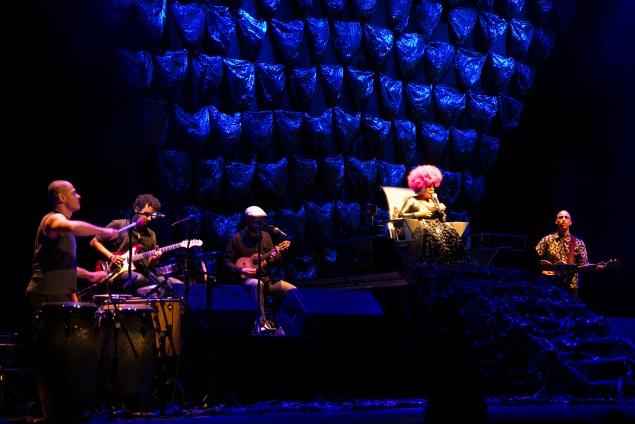 Elza Soares ocupando o lugar que merece: o trono no palco