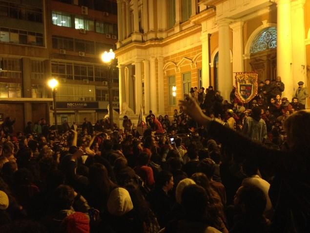 Ato  do grupo Arteiros da Rua ocorreu em frente ao Paço Municipal, no centro histórico (Foto: Roberta Mello)