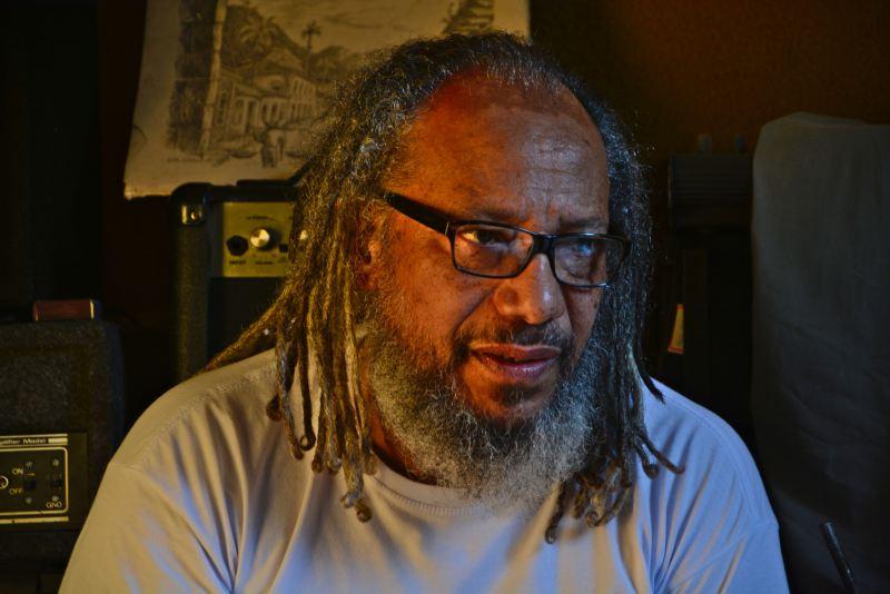Mestre Telmo, com 65 anos, começou na música na Escola Imperadores do Samba, na década de 80 (Foto Douglas Freitas)