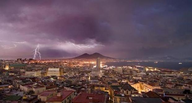 Tempesta a Napoli la foto dei fulmini sul Vesuvio fa il