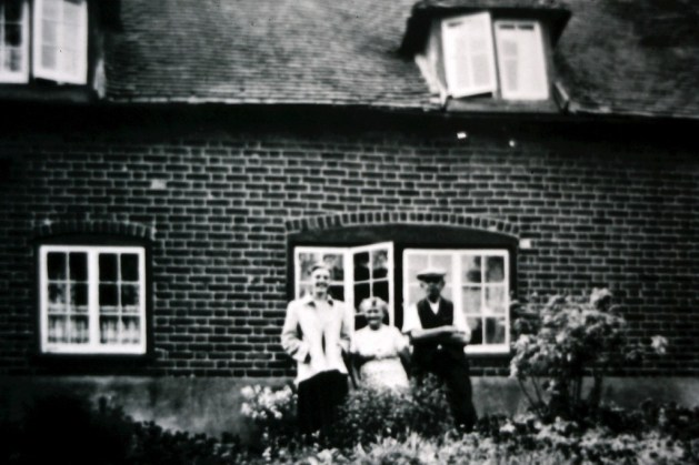 Phoenix Cottages, previously the old Red Lion. The elderly couple are Mr & Mrs Jarvis.