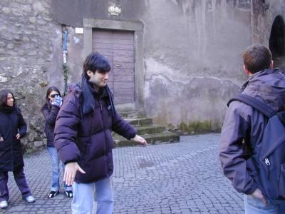 Francesco mostra il vecchio livello della strada