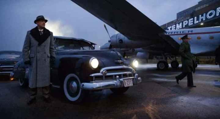 Una scena de Il ponte delle spie, che ha come protagonista Tom Hanks, Steven Spielberg, aeroporto
