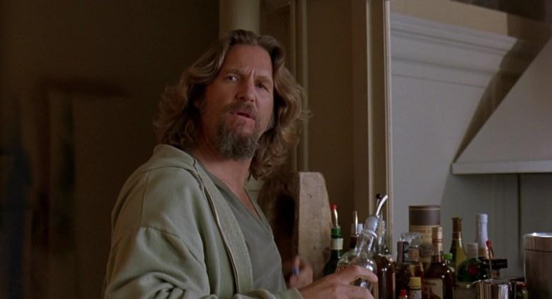 Il grande Lebowski frasi, citazioni e dialoghi di Joel Coen con Jeff Bridges, John Goodman, Julianne Moore, Steve Buscemi, Drugo si prepara un drink