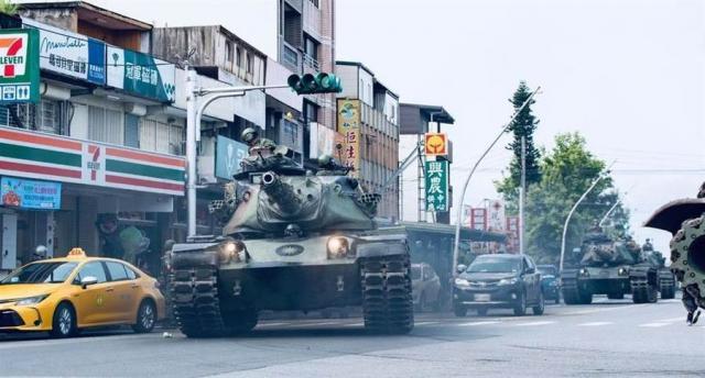 國軍坦克在道路行駛。(圖/翻攝自 國防部發言人 臉書)