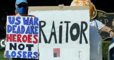 大西洋月刊報導,美國總統川普稱陣亡美軍是「失敗者」和「笨蛋」,抗議群眾5日在維吉...