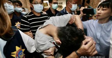 高雄失聯國中少女今天在新竹竹東被尋獲,37歲盧姓男子(前中低頭者)、29歲王姓男子(後條紋衣者)及31歲羅姓男子3名嫌犯也陸續被逮捕,隨即由警方帶回高雄展開進一步偵訊調查。(中央社)