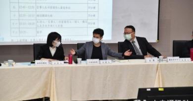 國家通訊傳播委員會(NCC)26日在台北舉行中天電視換照聽證會,這也是NCC成立14年以來,首次因為換照召開聽證會。主持人由NCC委員林麗雲(左起)、王維菁與蕭祈宏擔任。(中央社)