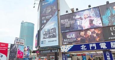 台南市北門路商圈聚集流行服飾、電腦、3C產品等店家,曾是最多年輕人聚集的一條路;但受電商崛起影響,人潮已大不如前,許多店家不堪店租成本,宣布熄燈。(李宜杰攝)