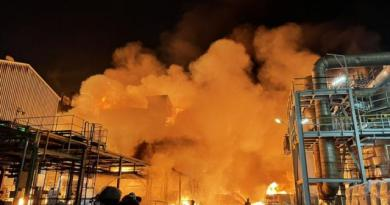 高雄林園區工業區29日晚間發生本月第4起工安意外,聯成化工廠房發生重大火警,現場火光沖天,消防局獲報出動31車和59人到場灌救,幸無人受傷。(中央社/民眾提供)