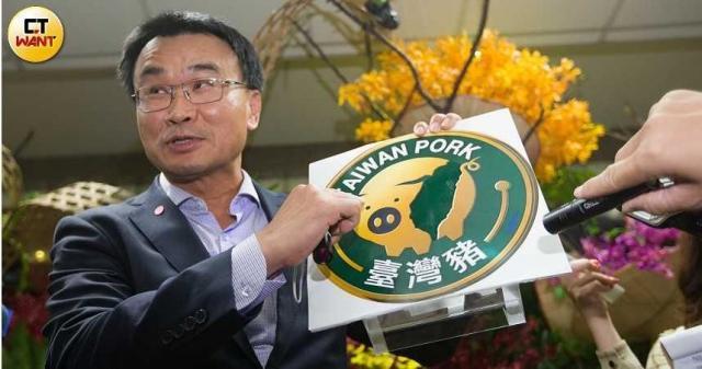 農委會主委陳吉仲自豪農委會的台灣豬標章是唯一需要申請審核,但有業者爆料,指出就算店內並非100%使用台灣豬肉,審核也會過。(圖/黃威彬攝)