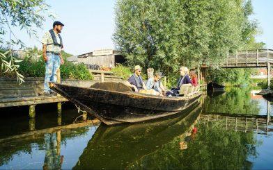 """Bei den Bootsbauern """"Les Faiseurs du Bateau"""" können Sie Fahrten durch das Marschland buchen. © Philippe Hudelle SPL Tourisme"""