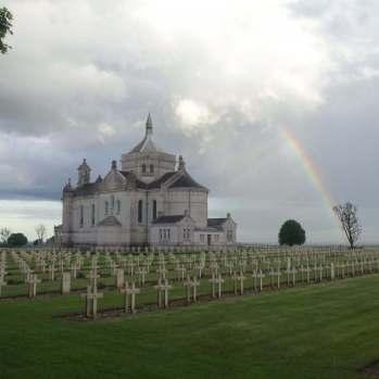 Regenbogen über der Basilika Notre Dame de Lorette mit Nekropolis bei Lens