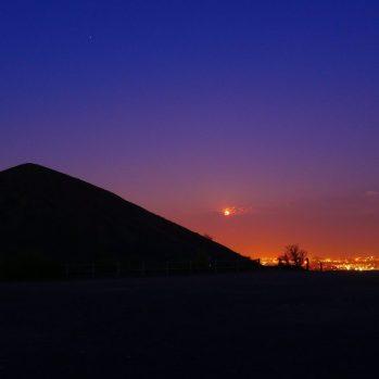 Schwarze Pyramiden im Sonnenuntergang
