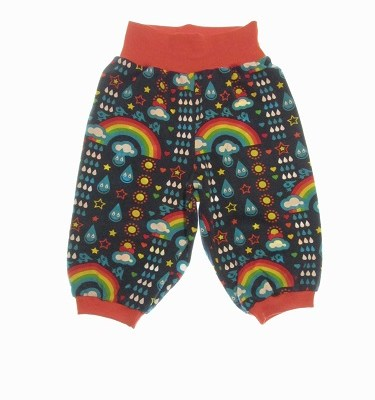 Økologiske bukser med regnbuer og dråber.