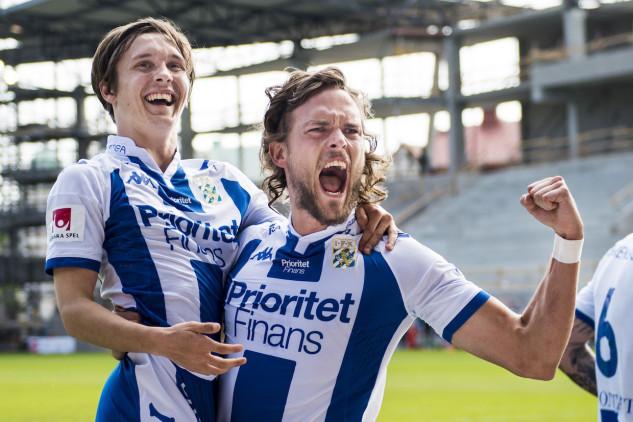 160529 IFK Göteborgs Tom Pettersson jublar ihop med Patrik Karlsson Lagemyr efter 1-3 under fotbollsmatchen i Allsvenskan mellan Helsingborg och IFK Göteborg den 29 maj 2016 i Helsingborg. Foto: Petter Arvidson / BILDBYRÅN / kod PA / 91399