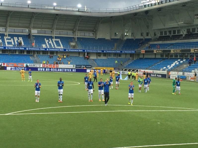 Les joueurs et la légende Ole Gunnar Solskjær viennent saluer leur fidèle public après cette victoire tant attendue