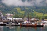 Mit kleinen Wikingerbooten kann man den Fjord erkunden