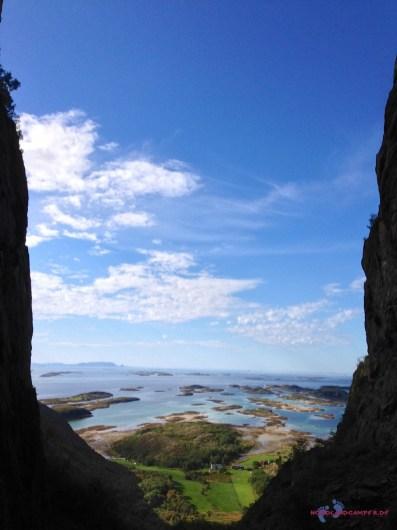 Aussicht von der anderen Seite des Berges in die Inselwelt Norwegens