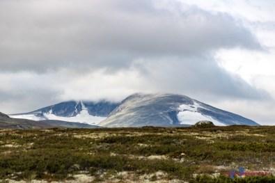 Hohe Berge im Hintergrund