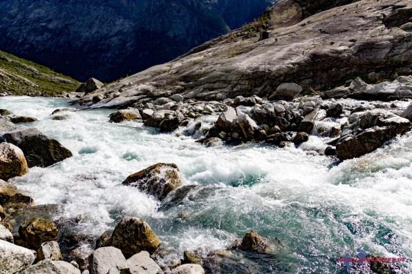 Wassermassen stürzen zu Tal
