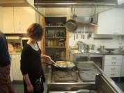 ...og med godt håndlag fra medhjelperne på kjøkkenet så blir jo resultatet som lovordene etterpå så en må kunne si at denne gjengen fra Árjas medlemmer gjorde underverker i løpet av kort tid. Foto: Valerius Hildonen-Nilsen.