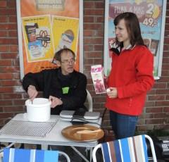 Vaffelrøra kom og da var det bare å begynne å steke vaffler, og det valgte Nils Sverre å ta seg av, her godt hjulpet av Inger Eline som står klar med en pakke melk.