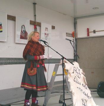 Árjas presidentkandidat Laila Susanne Vars holdt appell til stor applaus fra de frammøtte i Kvalsund