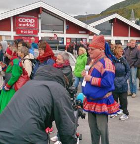 Mange hadde funnet veien til Kvalsund for å demostrere mot at det blir startet gruvedrift i Kvalsund kommune. En del av de frammøtte var ikke helt ukjente fjes når det gjelder å demostrere. Árja var også til stede under denne demostrasjonen.