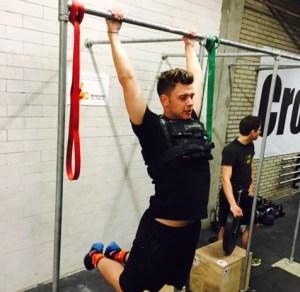 Dennis K doet pull-ups met weight vest