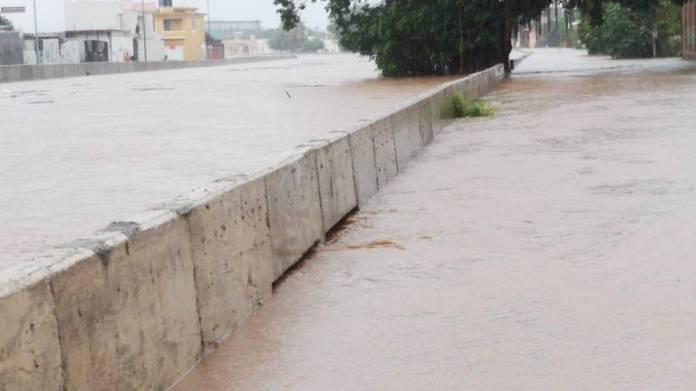 Se desborda Arroyo Jabalines y el agua se mete a las casas del  Fraccionamiento Jacarandas