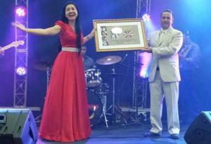 Prefeito de Guaraí, Franscisco Júlio, entrega disco de ouro à cantora Rosilene Martins