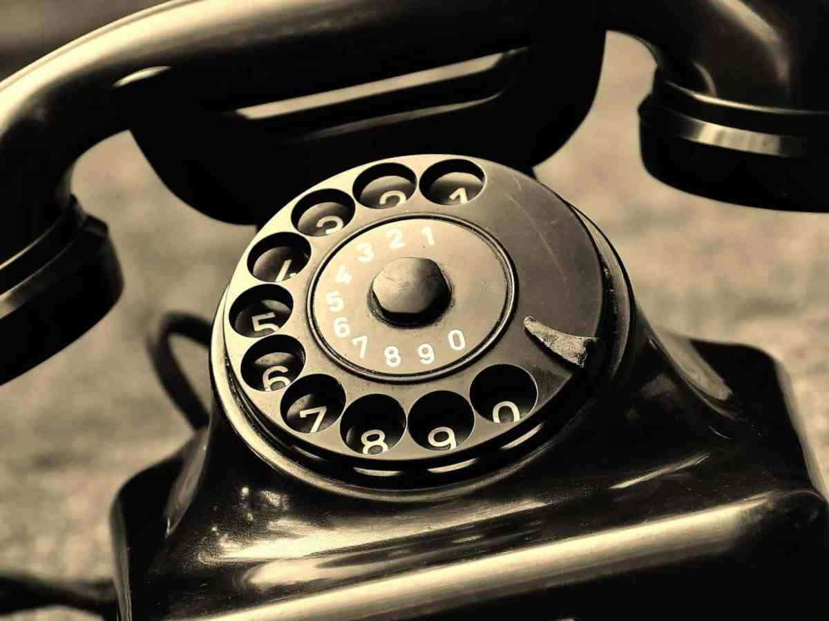 shows an old fashioned black telephone, sometimes scammers call on the phone