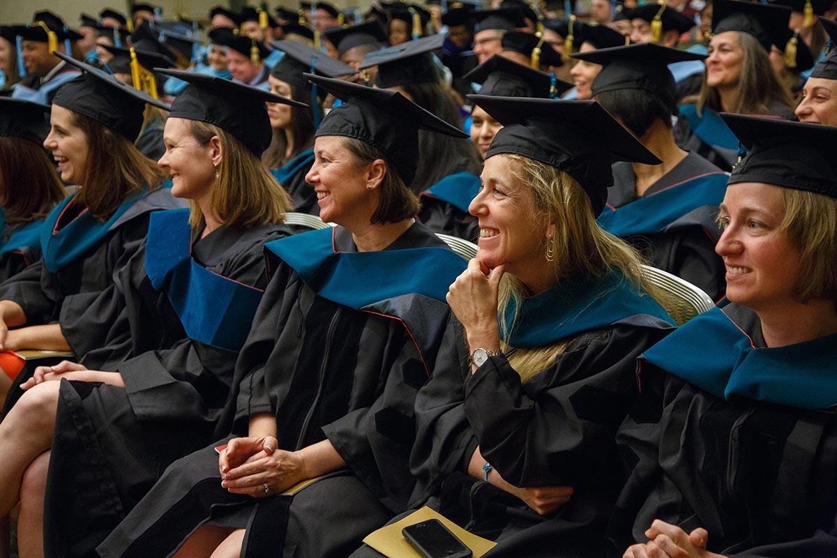 Perbedaan PhD dan program doktor