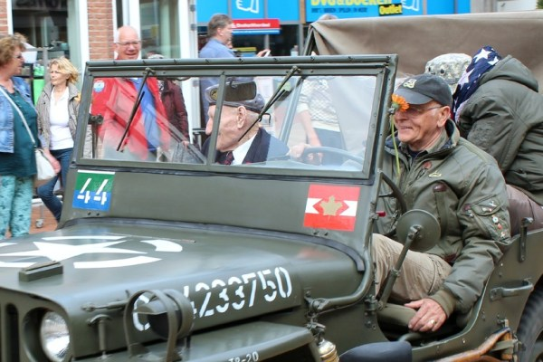 canadese_veteraan_optocht_bevrijdingsdag_drachten_2015_keep_them_rolling_70_jaar_bevrijding_friesland