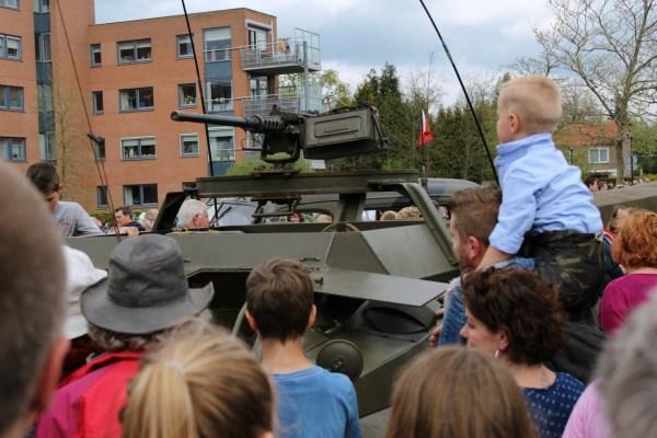 kijken_optocht_bevrijdingsdag_drachten_2015_keep_them_rolling_70_jaar_bevrijding_friesland