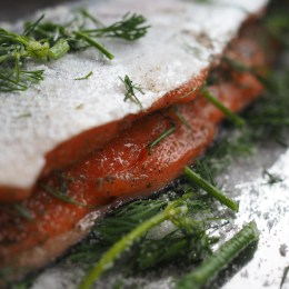Norwegian gravlax with dill-stewed potatoes and served with a classic mustard sauce (Gravlaks med sennepssaus og dillstuede poteter)