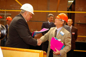 General Director of Sevmash Vladimir Pastukhov and president of Odfjell ASA, Bernt Daniel Odfjell shaking hands in June 2006. Photo: