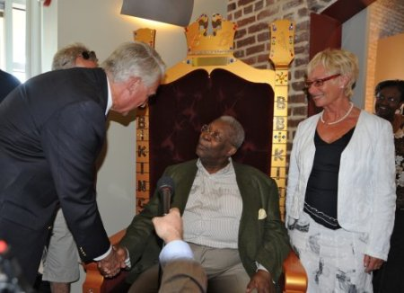 BB King tries out his Norwegian throne while in conversation with the Consul General and Mayor Wiik. Photo: Norwegian Consulate General Houston / Norway.org.