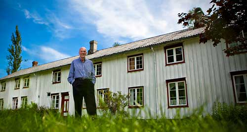 Fred Kavli in front of his childhood home in Eresfjord, Møre og Romsdal county in Norway. Photo: Terje Aamodt.