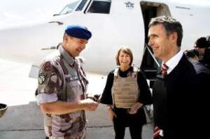 Defense Minister Grete Faremo traveled by Prime Minister Jens Stoltenberg on 17 May visit to the Norwegian camp in Maymana. There they met, among others, PRT chief, Colonel Knut Freheim PHOTO: Tor Arne Andreassen