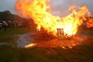 Fire + dry grass = very dangerous. The fire department will be extra-vigulant about lighting fires with permission this year. This is from the moist celebration on Vaulen in 2003. (Photo: Sindre Ellingsen)